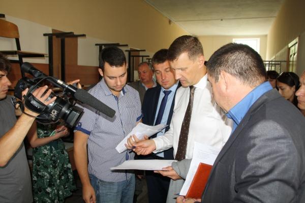 Глава Гусевской администрации проконтролировал ремонт в школах муниципалитета